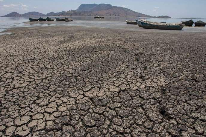 Les rives asséchées du lac Chilwa, au Malawi, en octobre 2018. © AMOS GUMULIRA / AFP