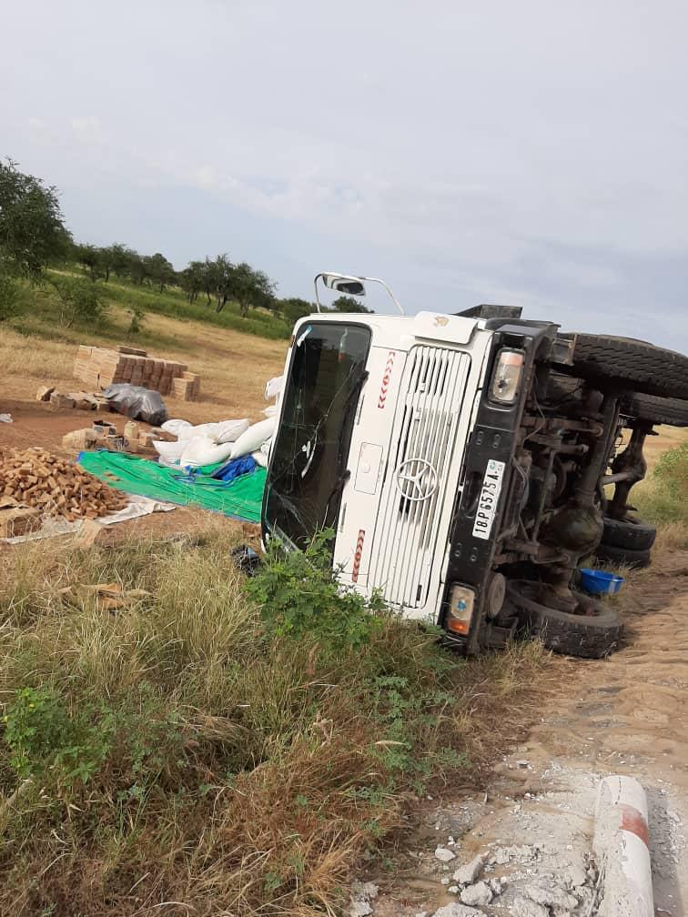 Tchad : un camion fait un tonneau à l'entrée de Mongo. Crédits : AlWihda Info
