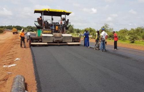 Le bitumage d'une route au Togo. Crédits : RT