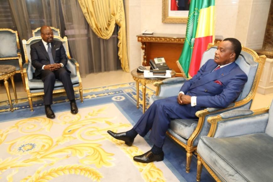Sassou N'Guesso échangeant avec Alain Claude Bilie By-Nze.