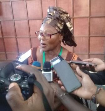 Mme Joséphine Léontine Massila, présidente  de la CAPTEFL devant la presse.
