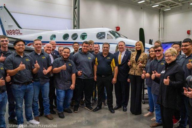 Le secrétaire d'État Michael R. Pompeo et Ivanka Trump, conseillère principale du président Trump, visitent le Tech National Center for Aviation Training, à l'université Wichita State. (Département d'État/Ron Przysucha)