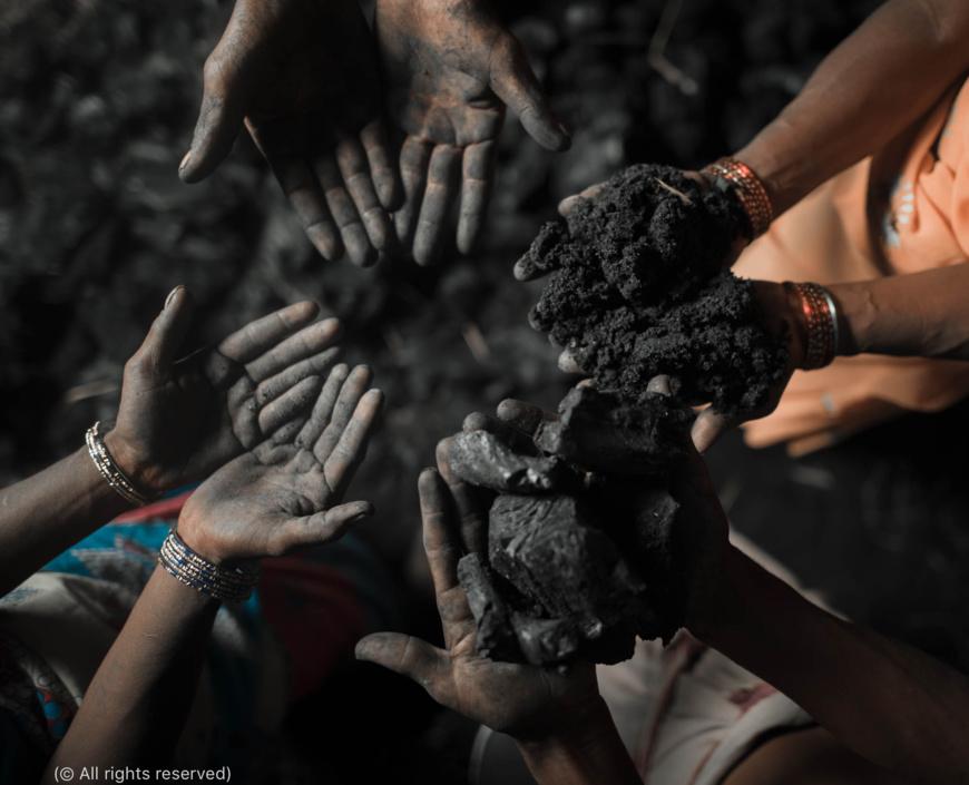 Des victimes de la traite des personnes exhibent leurs mains noircies par le charbon qu'elles sont contraintes d'extraire pour rembourser leurs dettes. Parfois, les propriétaires miniers forcent des familles entières à travailler pendant toute leur vie pour rembourser une dette. (© Tous droits réservés)
