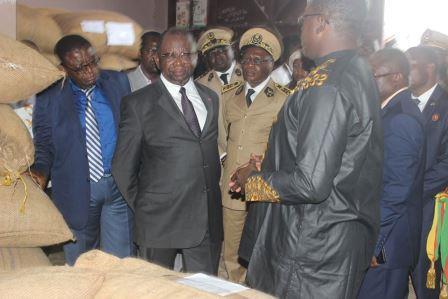 Le ministère du Commerce, Luc Magloire Mbarga Atangana (au centre) au centre de groupage d'Ambam.