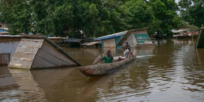 Because of the flood, canoes are the only way that get around in parts of Bangui. © Itunu Kuku/NRC