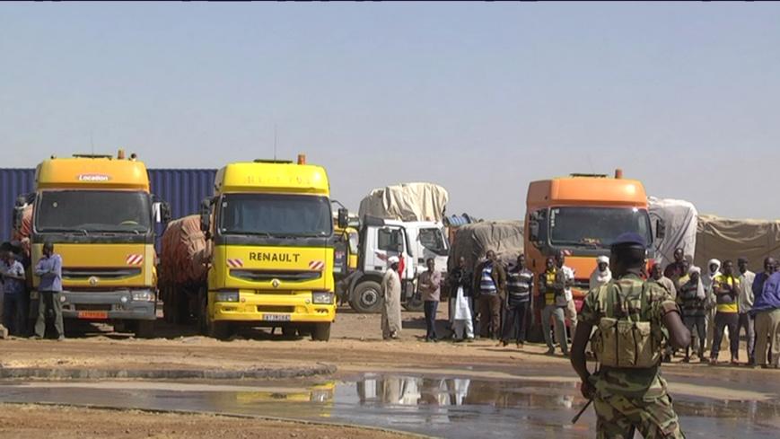 Des camions stationnés à un poste de contrôle camerounais transportant les marchandises destinés au Tchad. © M.R.