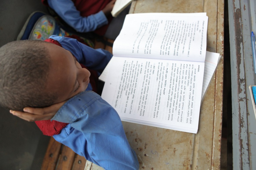 Un jeune garçon lisant à l'école d'Hidassie à Addis-Abéba en Ethiopie. Crédit: GPE/Midastouch
