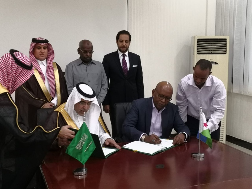 The Vice Chairman of the Saudi Fund for Development, Dr. Khalid bin Sulaiman Al Khudairy (pictured left) and the Djibouti Minister of Economy and Finance, Mr Elias Moussa Doula (right) sign a new grant agreement in the presence of the Prime Minister of Djibouti, Mr. Abdoulkader Kamil Mohamed (center back row) which will help finance new infrastructure development projects in Djibouti. (Photo : AETOSWire)
