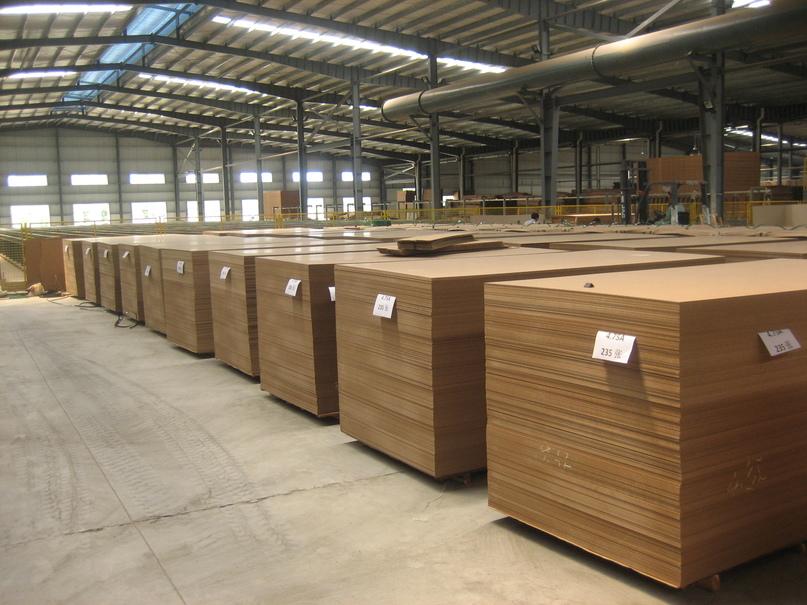 Dans cet entrepôt situé à Haïnan, en Chine, des panneaux de fibres sont prêts à être expédiés à destination des marchés internationaux. L'OIBT promeut le commerce des bois tropicaux et produits dérivés ainsi que la transparence de leur marché. Photo: J.C. Claudon/OIBT