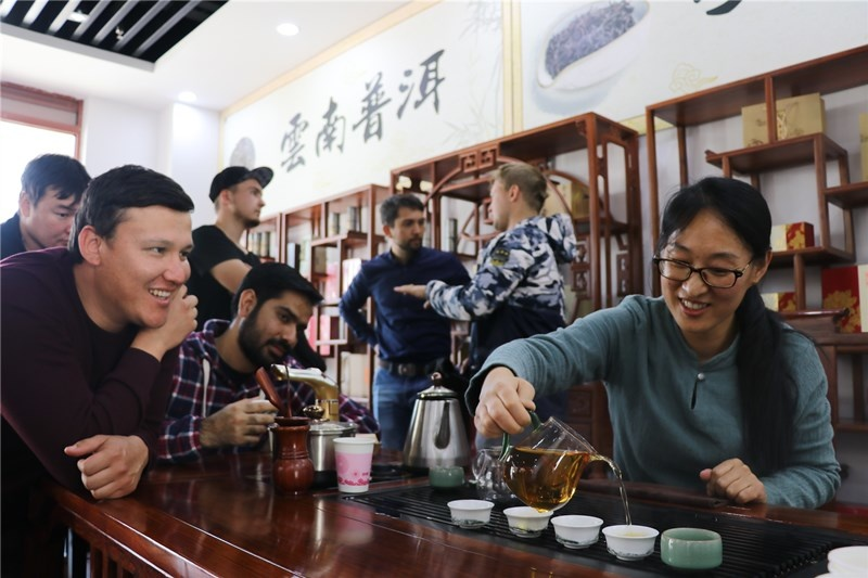 International students experienced Kung Fu Tea at the Tea Culture Experience Hall in Haiqing Town, Qingdao. (Photo by Zhang Jingang from People's Daily Online)