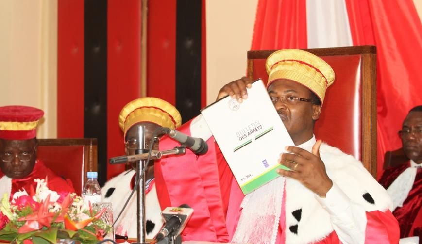 Le Président de la Cour Suprême exhibant le 1er numéro du bulletin des Arrêts. © Emile Kenkou/Pnud Togo