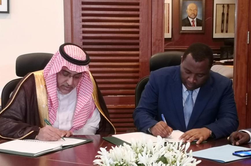 Dr. Khaled bin Sulaiman Al Khudairy, Vice-Président et Directeur Général du Fonds Saoudien pour le Développement (à gauche) et M. Domitien Ndihokubwayo, Ministre des Finances du Burundi (à droite) signent le nouvel accord de prêt. ©AETOSWire