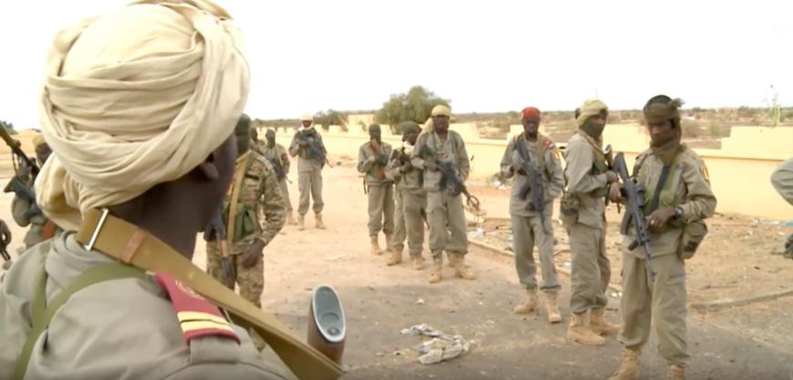 Des soldats tchadiens en opération au Mali, lors d'une mission de surveillance à l'extérieur de l'aéroport de Gao, 30 avril 2013. © Opération Serval - armée FR.