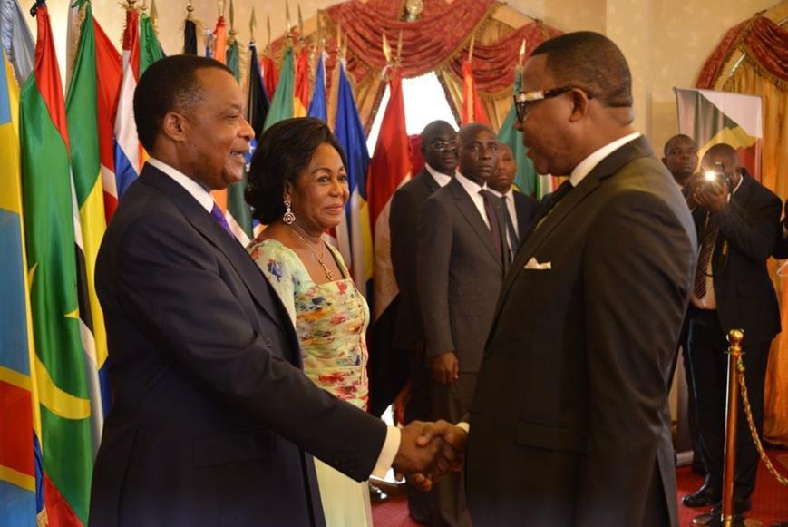 Le corps diplomatique saluant le couple présidentiel.