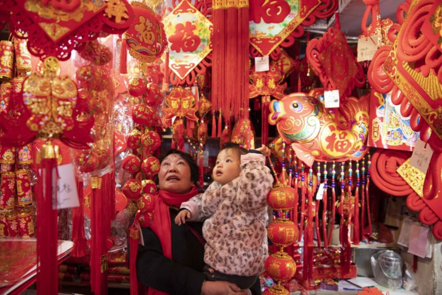 Citizens in Taizhou, east China's Jiangsu province, purchase traditional goods for the Spring Festival at a local market on January 5, 2020. (By Tang Dehong, People's Daily Online)
