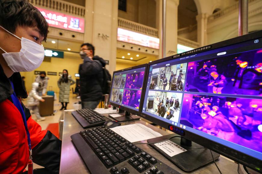 Des écrans de surveillance pour vérifier la température corporelle des voyageurs, à Wuhan, en Chine, le 21 janvier 2020. © Photo reprise via Reuters