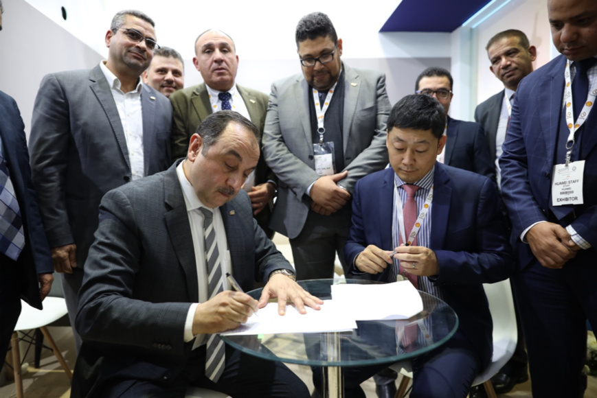 Signature d'un protocole d'accord stratégique entre Vincent Sun, CEO de Huawei Égypte et Mohamed Shimy, CEO de Egyptian Maintenance Company (EMC)