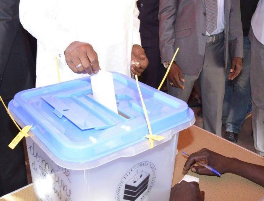 Le chef de l'Etat, Idriss Déby glisse son bulletin de vote dans l'urne lors des présidentielles de 2016. © DR