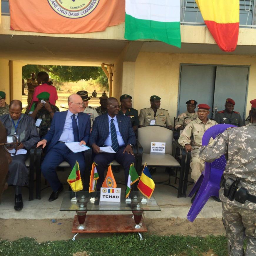 Le général Benaindo Tatola (au centre) lors d'une cérémonie. © DR/UA