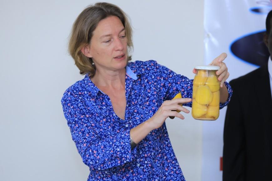 Veerle Van Waesberghe, chargée de mission du PROFIAB II, présente des pommes d'anacarde mises en conservation