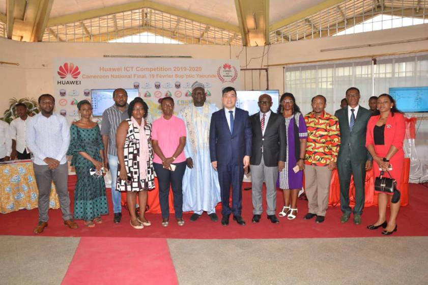 Benoit Wu, Directeur des relations publiques de Huawei Cameroun (au centre) et. M. Marcel Fouda Ndjodo, Représentant personnel du Ministre d'Etat, Ministre de l'Enseignement Supérieur (à droite) à l'occasion de la finale ICT Compétition Cameroun 2020 à Yaoundé le 19 février 2020