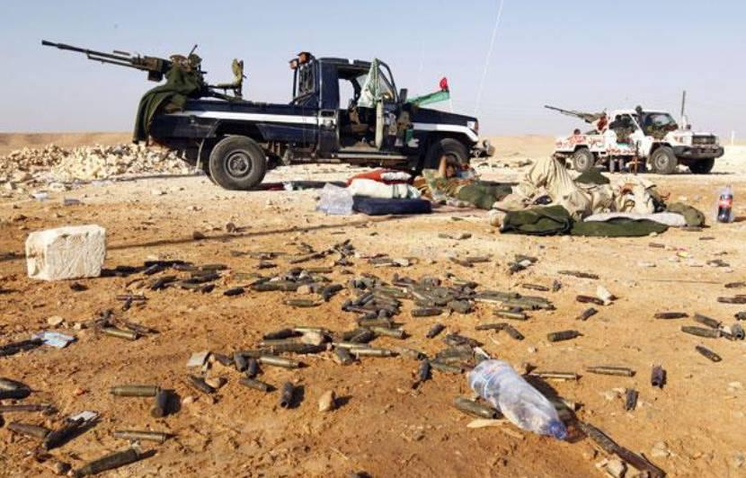 Des combattants du CNT se reposent près de la ville de Bani Walid (Libye), le 17 septembre 2011. — Z.BENSEMRA / REUTERS