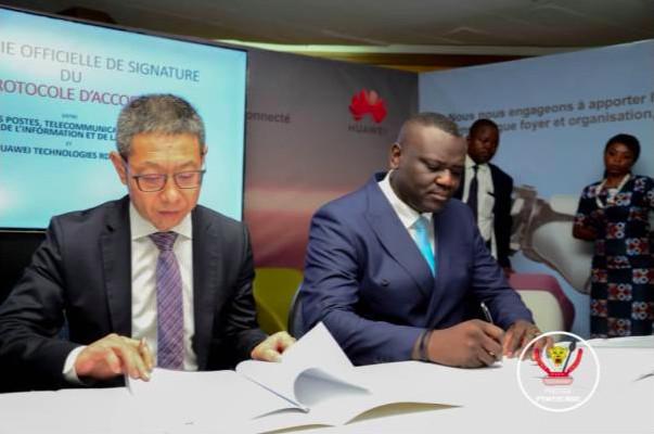 Adam Ma Qianli, CEO de Huawei RDC et Augustin Kibassa Maliba, Ministre des Postes, Télécommunications et Nouvelles technologies de l'Information et de la Communication (PT-NTIC) signent le protocole d'accord lors du forum E-DRC le 19 février 2020 à Kinshasa en RDC