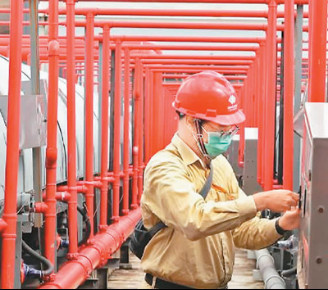 A maintainer at the coal-fired power plant in Java, Indonesia operated by Guohua Power under China Energy Investment Corporation checks the coal handling system. (Photo courtesy of Guohua Power)