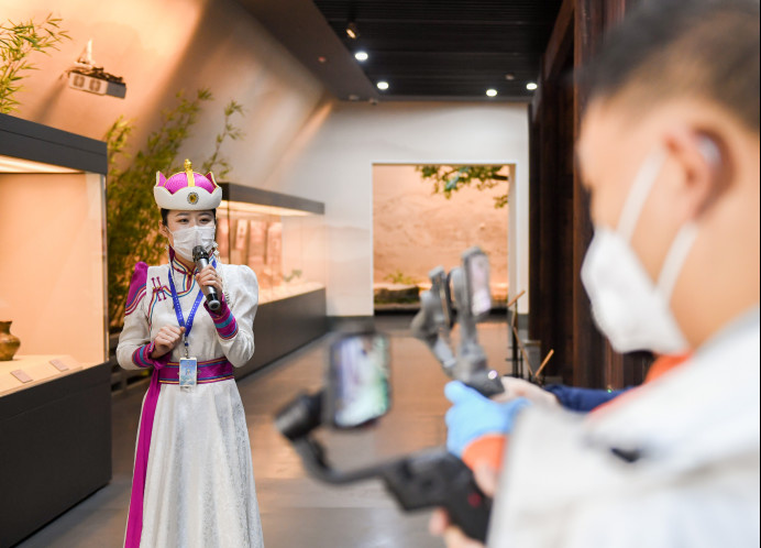 An employee of Zhaojun Museum in Hohhot, Inner Mongolia Autonomous Region introduces the museum over a 5G livestream on March 7. Photo by Ding Genhou (People's Daily Online)