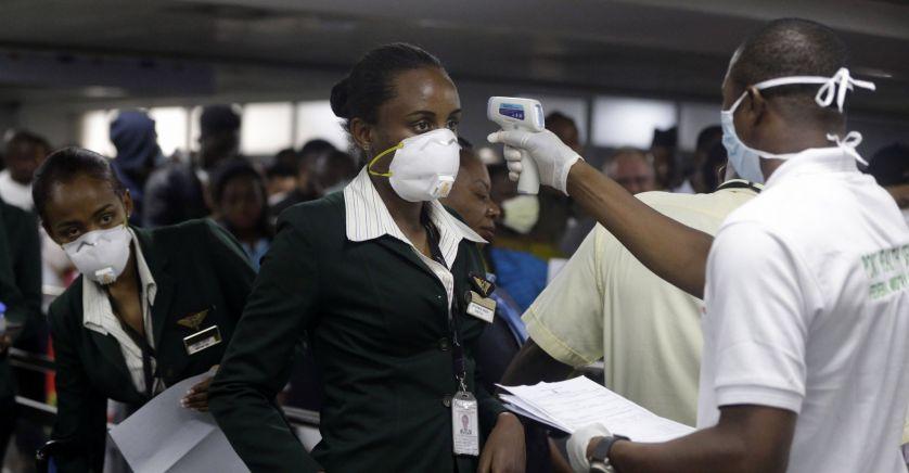 Un employé des services de santé utilise un thermomètre pour prendre la température à des personnels de cabine de la compagnie Ethiopian Airline, à Lagos, le mercredi 4 mars 2020. © Sipa Press