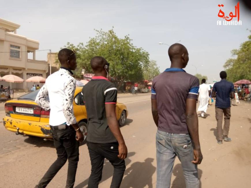 Des piétons à N'Djamena, capitale du Tchad, le 23 mars 2020. © K.M./Alwihda Info