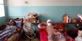 Tchad : à l'hôpital militaire, les citoyens offrent des cadeaux aux soldats blessés. © Mahamat Abdramane Ali Kitire/Alwihda Info