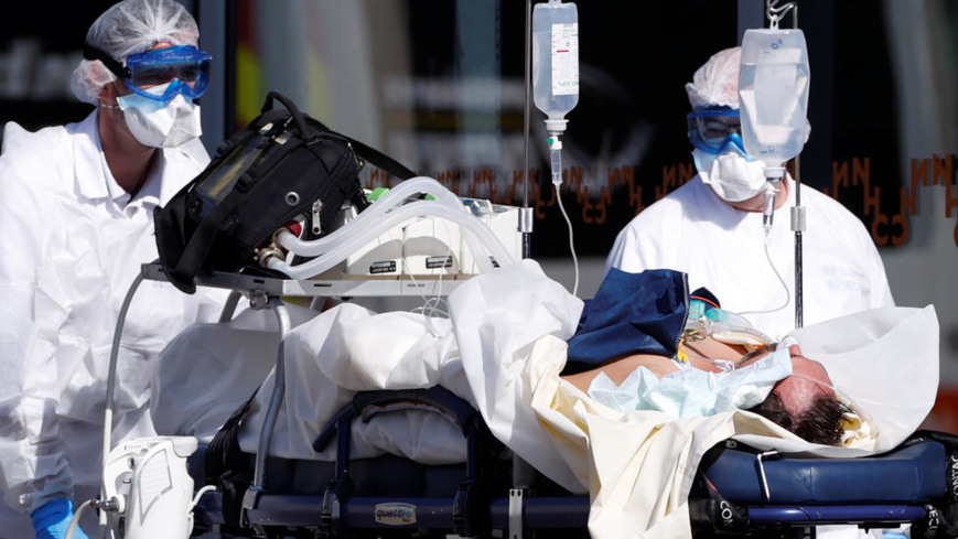 L'équipe de sauvetage française SMUR portant des combinaisons de protection transporte un patient à l'hôpital universitaire de Strasbourg alors que la France fait face à une progression agressive de la maladie à coronavirus (COVID-19), 16 mars 2020. REUTERS / Christian Hartmann REUTERS - CHRISTIAN HARTMANN