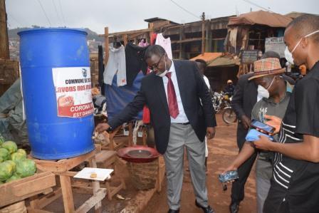 Le maire Jacquis Kemleu Tchabgou, exécutant le geste qui permet d'éviter la contamination.