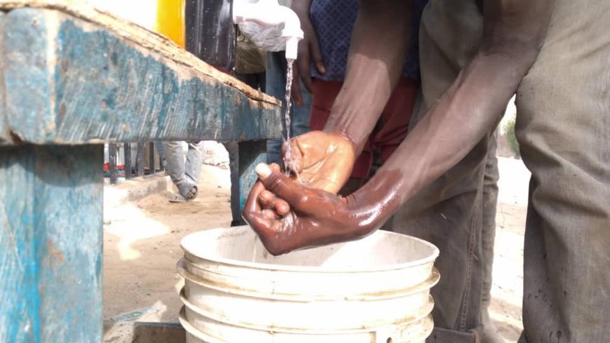 Un jeune se lave les mains avec de l'eau à N'Djamena. Illustration. © Djibrine Haïdar/Alwihda Info