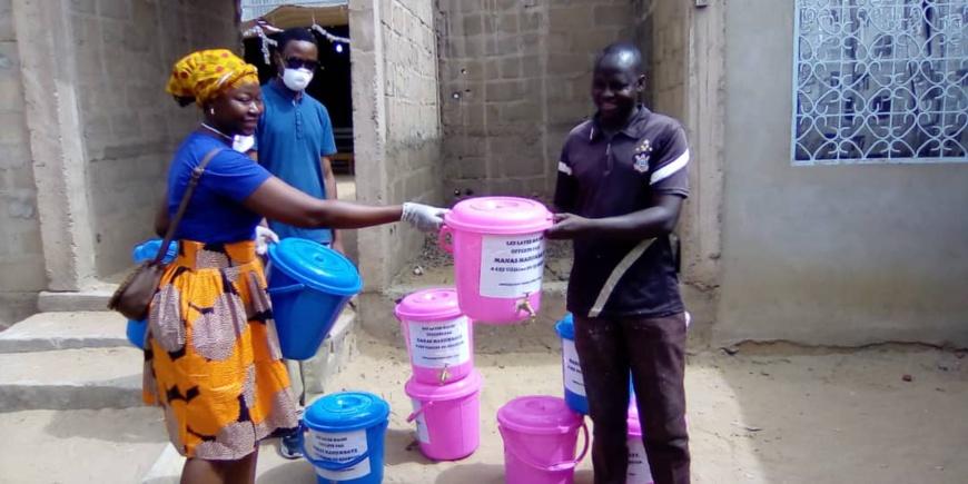 Tchad - Covid-19 : ils distribuent des réservoirs d'eau et des savons à N'Djamena. © Mahamat Abdramane Ali Kitire/Alwihda Info