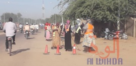Des femmes balaient la rue à N'Djamena. © Djibrine Haïdar/Alwihda Info