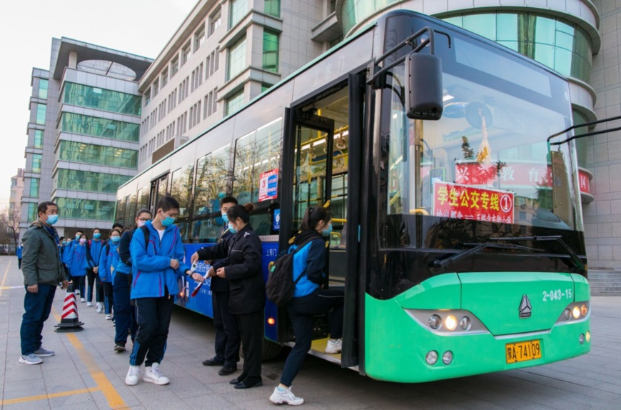 On April 8, 2020, the safety officer took the temperature of the students who took the bus line of No. 26 Middle School in Hohhot and registered the temperature. © Ding Genhou / People's Daily Online