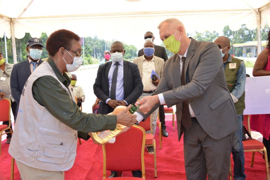 La ministre Nzinga Ndzondo réceptionnant le don d'Eco-oil Energie