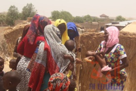 Des femmes échangent entre elles à N'Djamena après avoir reçu en cadeau des savons. 21 avril 2020 © Djibrine Haïdar/Alwihda Info