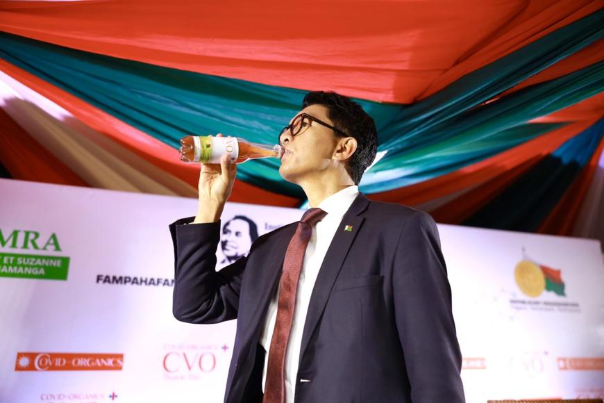Le chef de l'État malgache, Andry Rajoelina, boit le remède contre le Covid-19. © Andry Rajoelina/Twitter