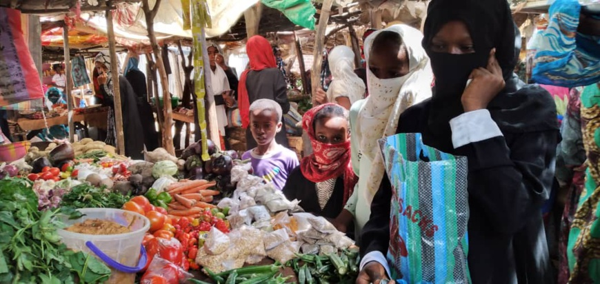 Des populations dans un marché de N'Djamena le 21 avril 2020. © Djibrine Haïdar/Alwihda Info