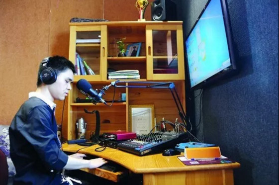 Zhang Yao, a visually-impaired host records a radio book on Ximalaya FM. Photo courtesy of the official website of Ximalaya FM