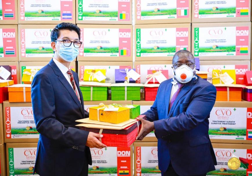 Le président malgache remet une commande du remède Covid-Organics. © DR/Twitter Andry Rajoelina