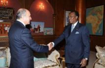 Le ministre des Affaires étrangères Laurent Fabius (g) et le président du Tchad Idriss Deby Itno (d), le 28 juillet 2012 à N'djamena — afp.com