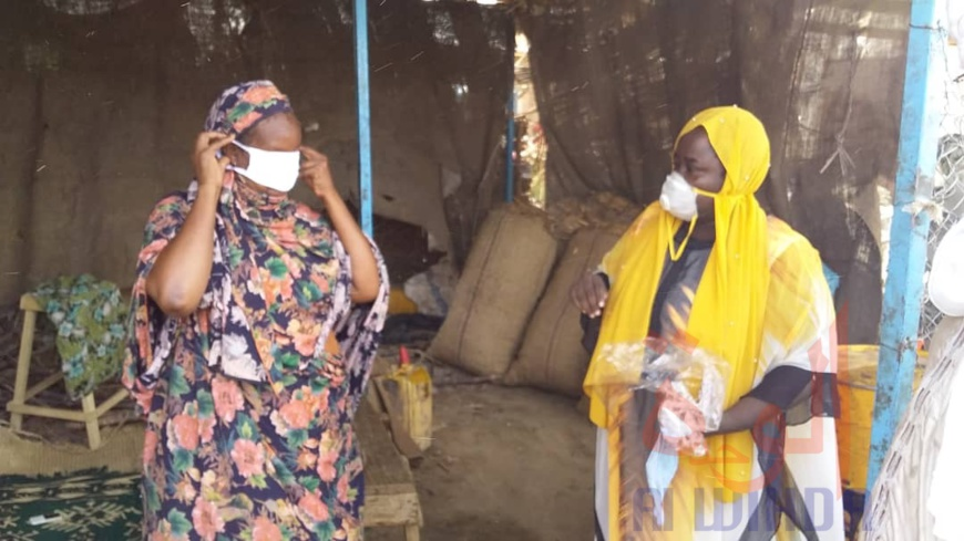 Tchad : au marché d'Ati, distribution de masques offerts par un ministre. © Hassan Djidda Hassan/Alwihda Info