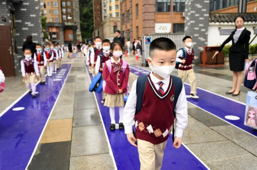 Students from the Huaguoyuan Third Primary School in Nanming district of Guiyang, Southwest China's Guizhou Province, enter the campus in an orderly manner, May 25. Photo by Zhao Song/People's Daily Online