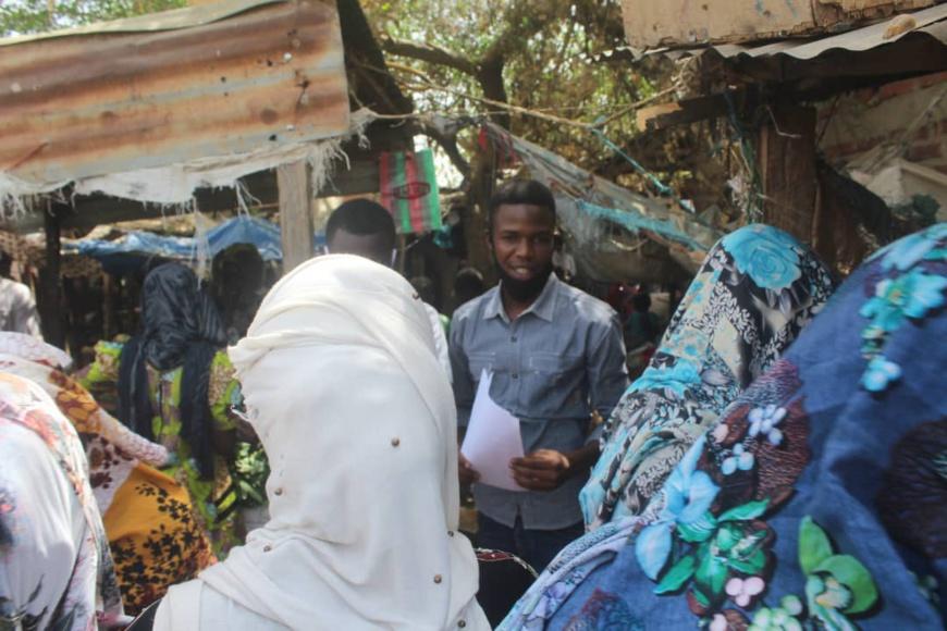 Des citoyens tchadiens sensibilisent contre la Covid-19 dans un marché de N'Djamena. Illustration © D.H./Alwihda Info
