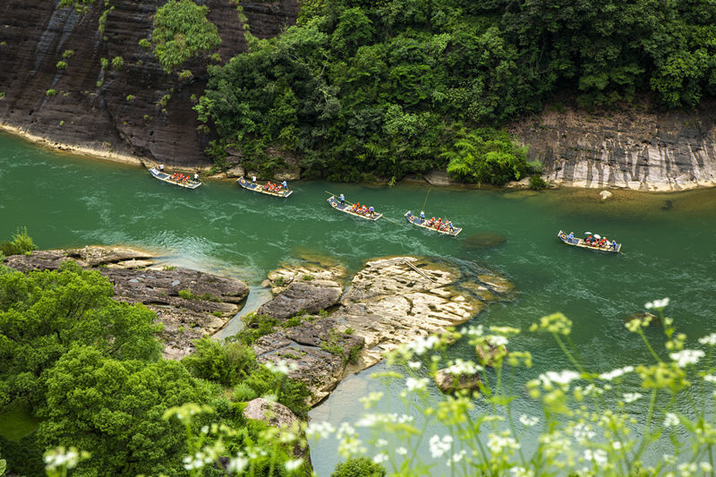 Photo taken on May 23 shows tourists taking bamboo rafts on the Jiuqu River of Wuyi Mountain scenic area in Southeast China's Fujian Province. Xu Weiping/People's Daily Online