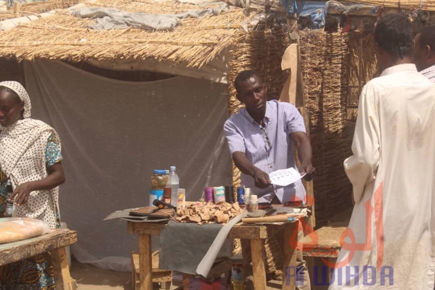 Un vendeur produits à N'Djamena, au Tchad. Illustration ©B.K./Alwihda Info